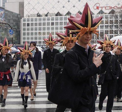 【デュエル!!】渋谷の街に遊戯が大量発生で騒然 https://t.co/5HQZQNNUlp  モバイルゲーム「遊戯王 デュエルリンクス」のPRイベントの一環。遊戯の髪型をした学生たちが実際に出没し、渋谷の街をジャックした。