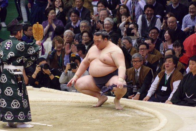 <稀勢の里優勝!>稀勢の里は13勝2敗同士の優勝決定戦で照ノ富士を破り、2回目の優勝を決めました。#sumo