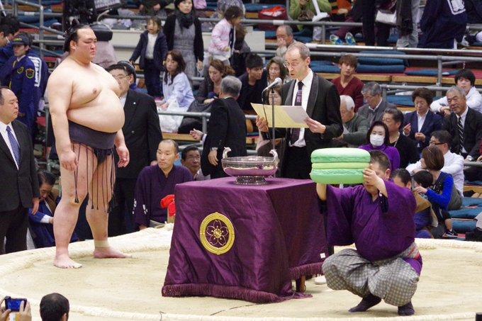 <稀勢の里優勝!>日仏友好杯。今場所はエメラルドグリーンのビッグマカロン。#sumo