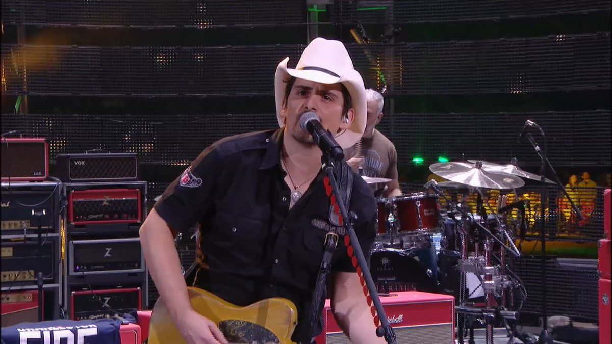 PHOTOS: @BradPaisley  'Crushin' It' at @RODEOHOUSTON https://t.co/dXNWl4LyNd