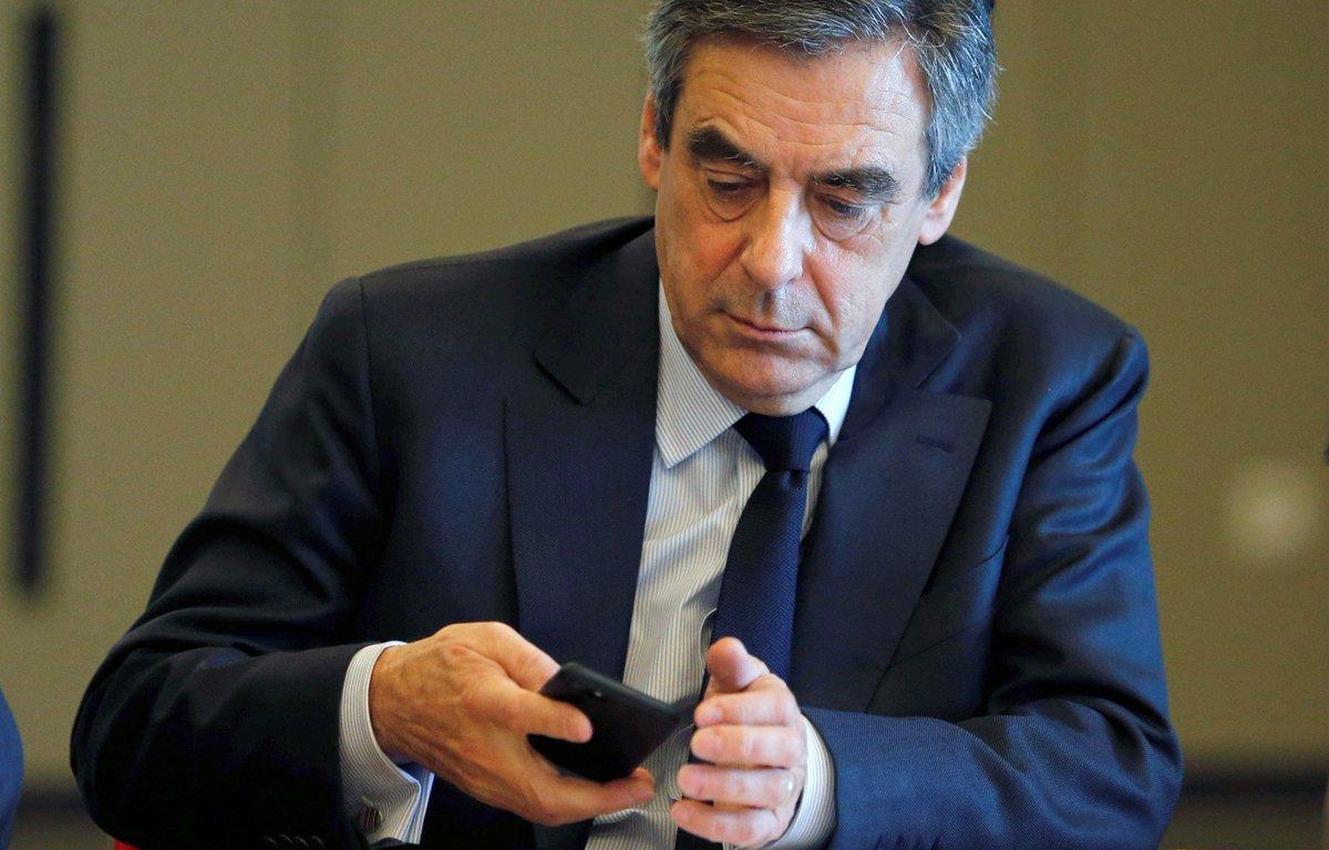 Pendant le débat, Fillon regardait sur son portable ses conversations WhatsApp et l'heure https://t.co/LO0tVV1hyO