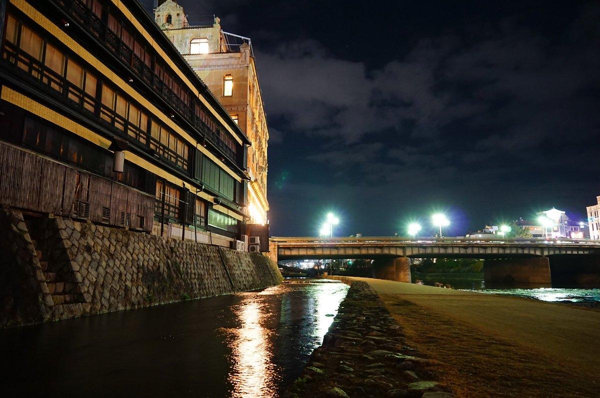 アジカンの曲が流れるバックで一瞬映った鴨川。特報映像で李白さんの電車が走っていた場所でありまして、夏期には川沿いに並ぶ飲