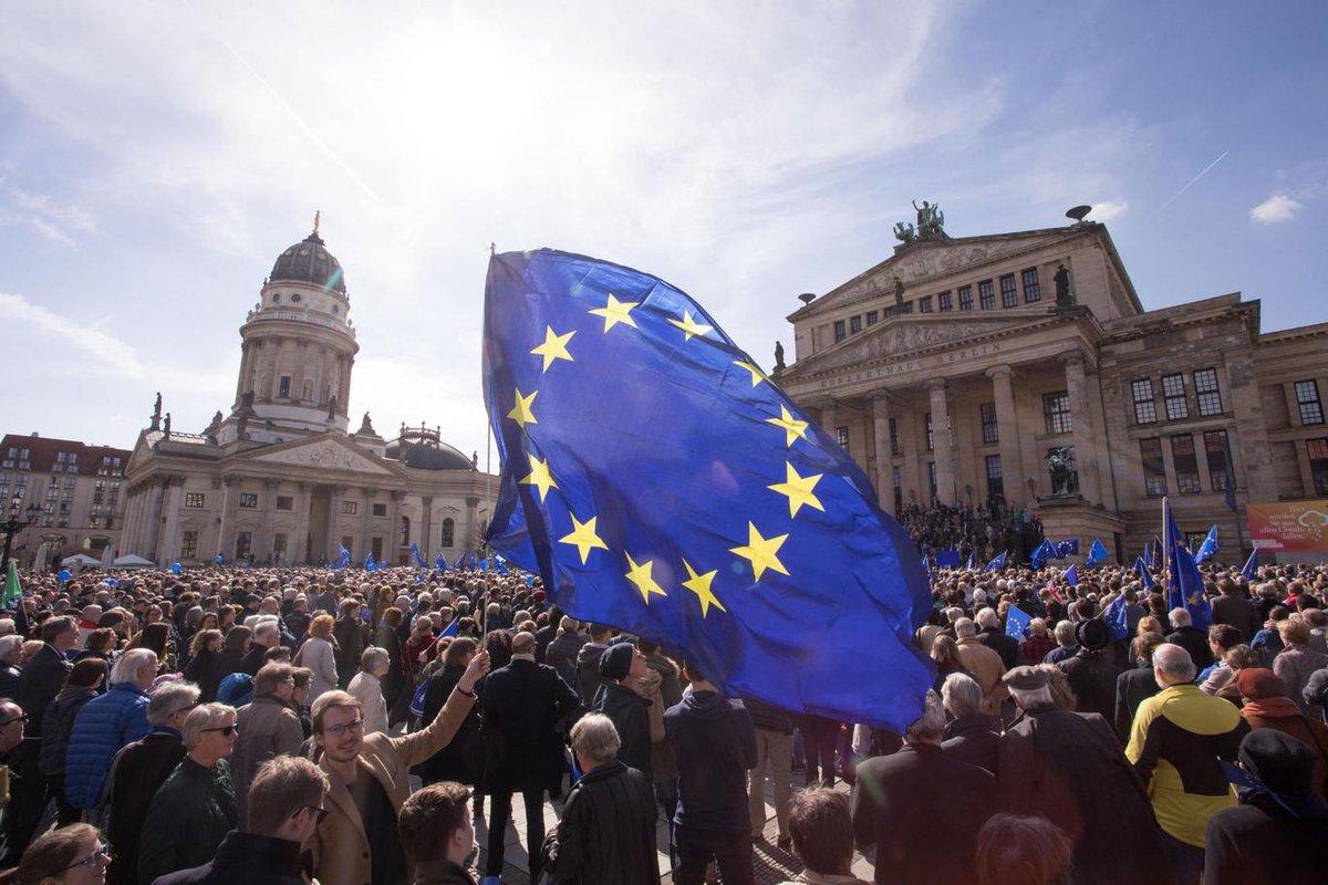 Wieder mehr Demonstranten bei @PulseofEurope in #Berlin: 6500 auf dem Gendarmenmarkt für Europa. https://t.co/LkDHGISanS