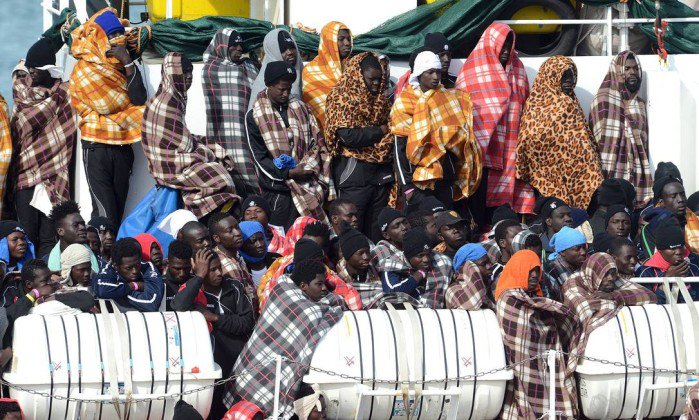 Centenas de imigrantes são resgatados cruzando o Mediterrâneo.  https://t.co/1G5Mlmfk4L
