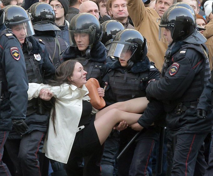 Sanctioned or unsanctioned, meeting peaceful protesters with force is clear injustice. 850+ arrests in Moscow, including journalist @ASLuhn.