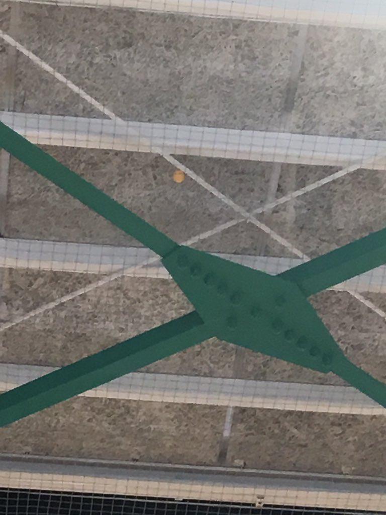 体育館の天井にピンポン玉のっけちゃった