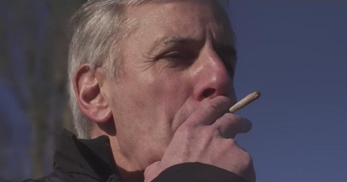 Bernard de la Villardière fume un joint avant de conduire dans le prochain numéro de Dossier Tabou https://t.co/Ynvr8skOcN