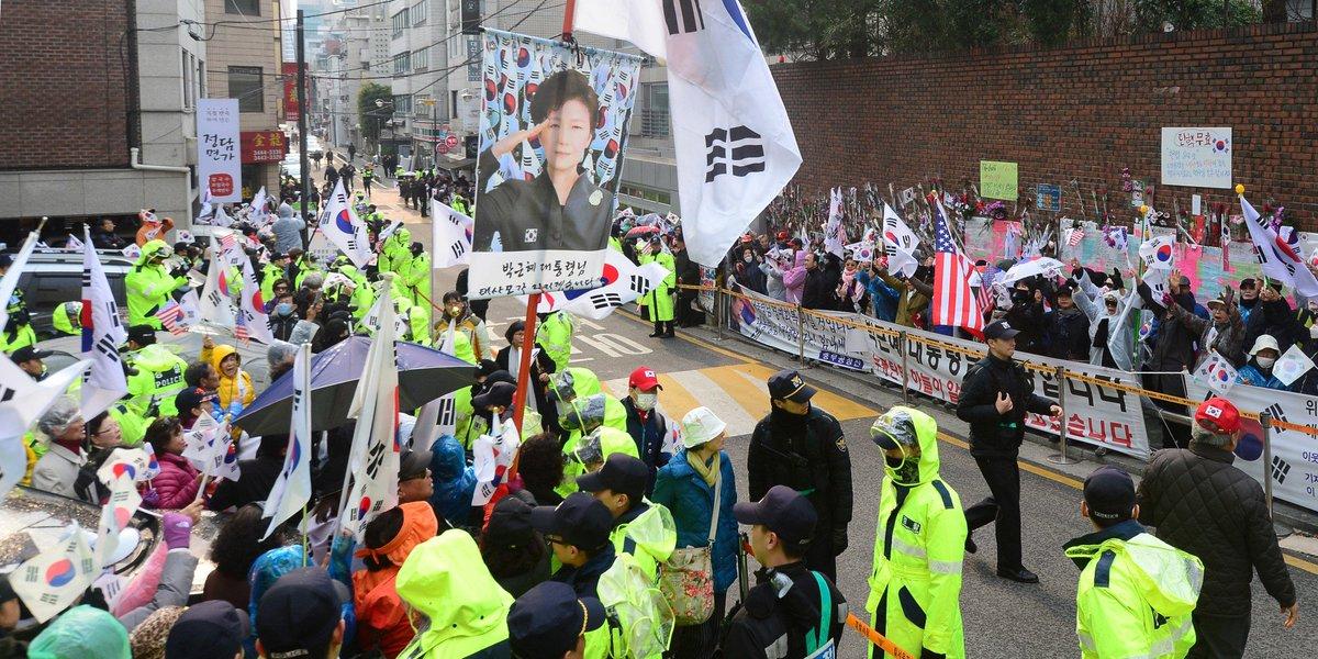 구속영장이 청구된 오늘, 박근혜 집 앞에는 '격앙된' 지지자 200명이 몰렸다 https://t.co/EU3ejownzj