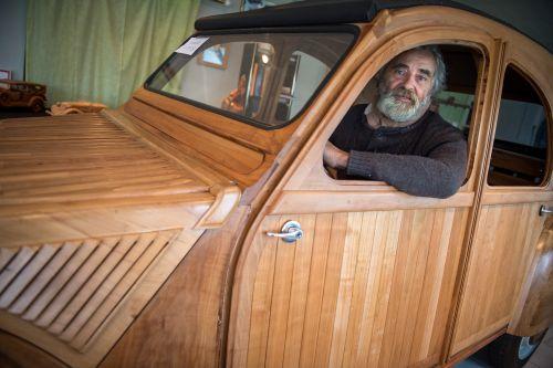 Il crée une 2CV en bois pour partir sur la route... avec style (Photos AFP) https://t.co/2g1kLKR8Ue