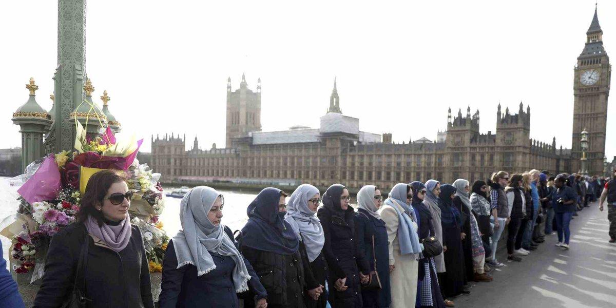 Le donne musulmane in piedi sul ponte di Westminster sono la migliore risposta al terrore https://t.co/GhGu0ZRwee