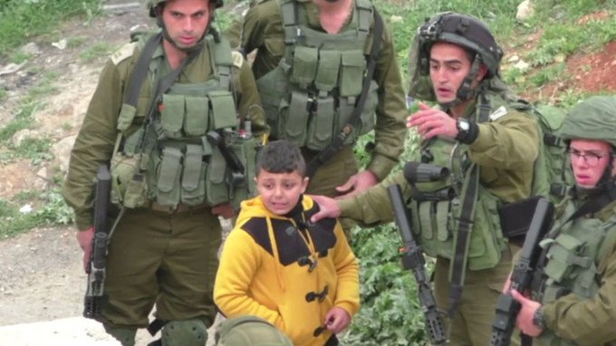Des soldats israéliens arrêtent un garçon palestinien de huit ans accusé d'être un émeutier #palestine #israel  https://t.co/A92yiMeT9N