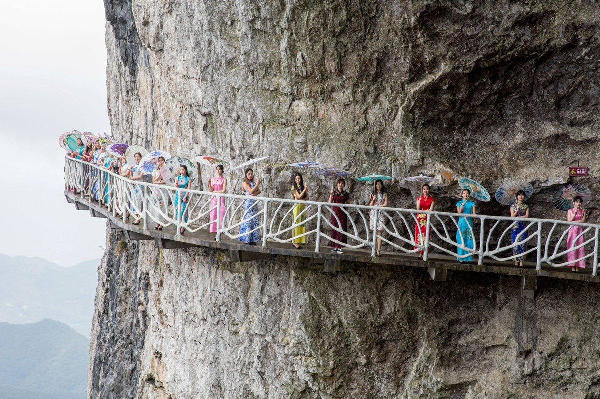 Chinesas posam em trajes típicos em penhasco para divulgar atração turística https://t.co/XJK4gsbRz6 #G1