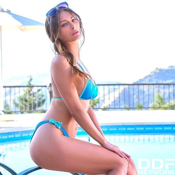 2 pic. Poolside Pleasures: #Ukranian #Stunner Nikki Splays and Plays > https://t.co/wDNzOHFTT1 https://t