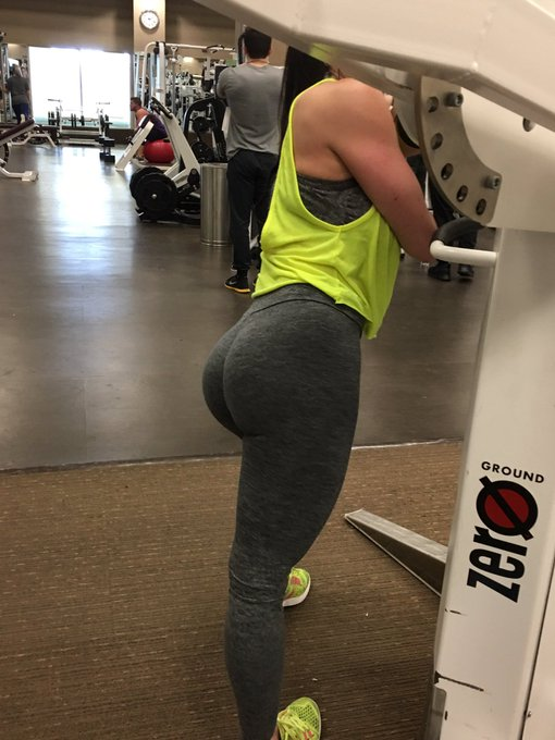 2 pic. #GymFlow #gymlife Shoulder day with a little #Booty🍑 #LifetimeFitness #LustArmy https://t.co/