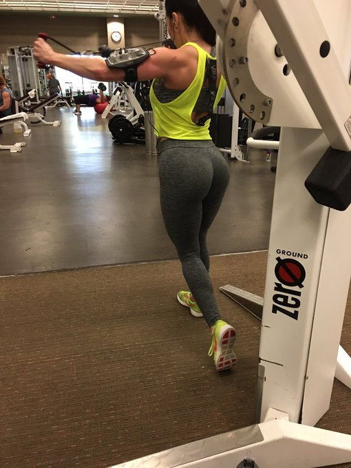4 pic. #GymFlow #gymlife Shoulder day with a little #Booty🍑 #LifetimeFitness #LustArmy https://t.co/
