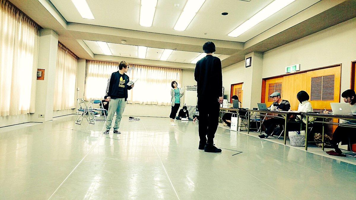 主演三名に演出をつける鈴木の図。稽古初日からトバしすぎて、脳みそ破裂しそう…! #乱歩奇譚