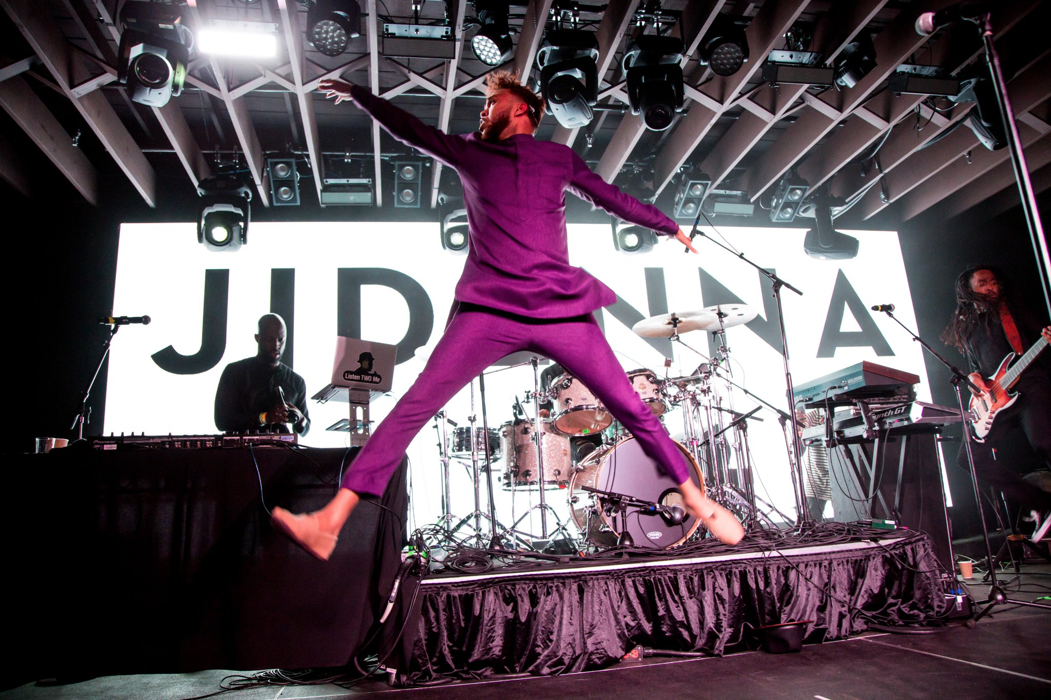 Go ahead and jump!  @Jidenna's laying down eccentric beats and fierce flows at #YouTube #SXSW https://t.co/tpnjnldsss