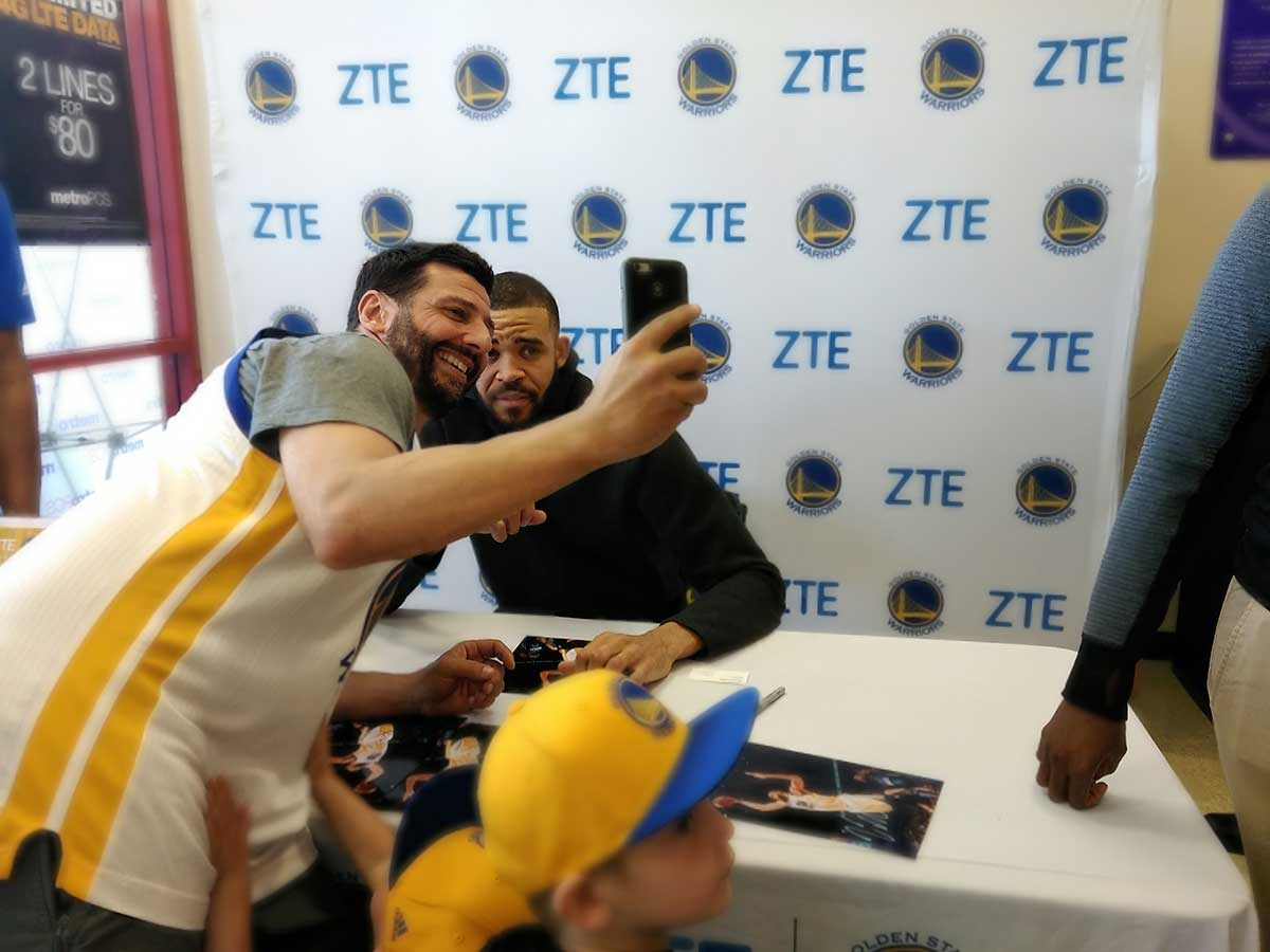 Dubs & @zteusa teamed up to host an autograph session in Emeryville today for some lucky fans! #DubNation https://t.co/YYXiQQspp1