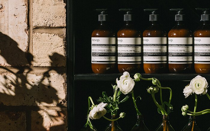 Fresh-cut White Ranunculus from @asraigarden herald the arrival of spring at Aesop Bucktown, #Chicago. https://t.co/YSu3bNw4eT