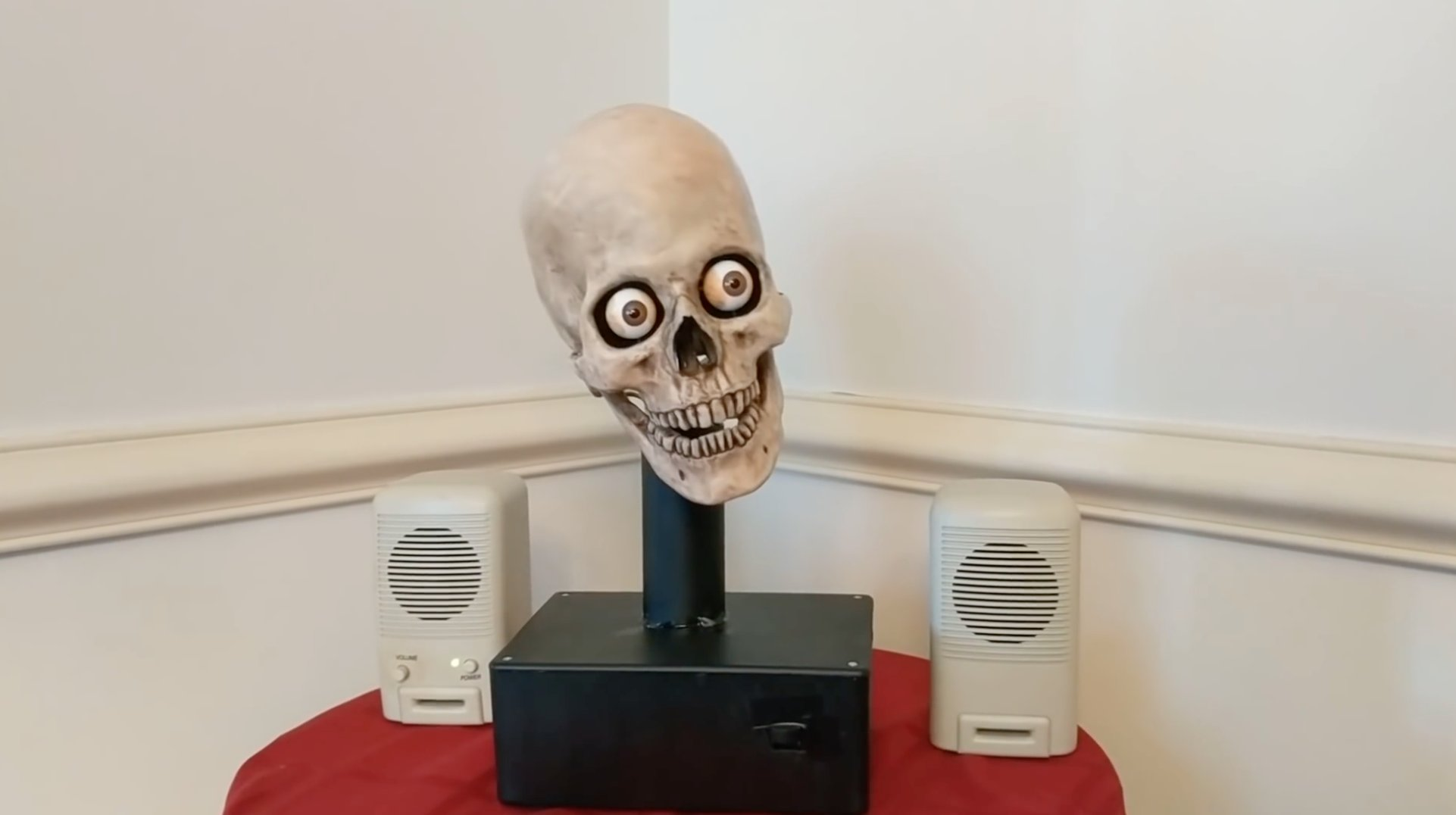 This guy turned his #Alexa into a creepy talking skull: https://t.co/oS3lZ3moRr https://t.co/6MvWrArvsI
