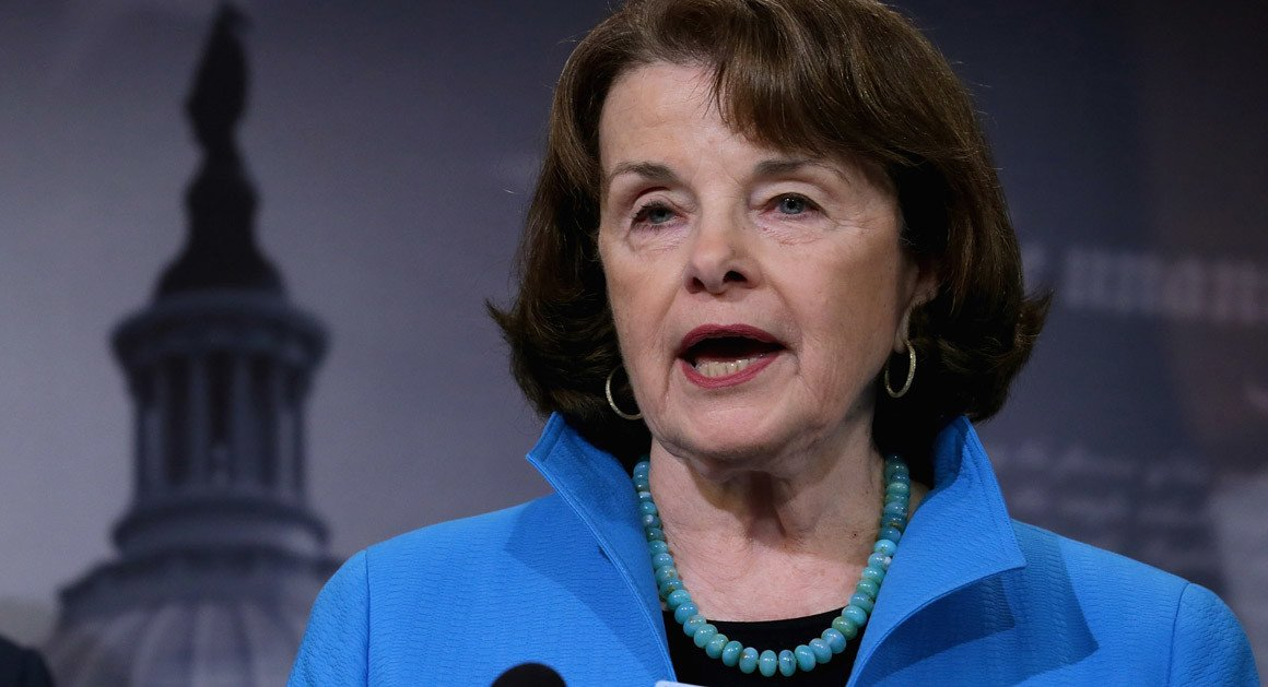 .@SenFeinstein on potential for Trump ouster: 'I think he's gonna get himself out' https://t.co/jL0t10kOXI https://t.co/hWsEklA7xH