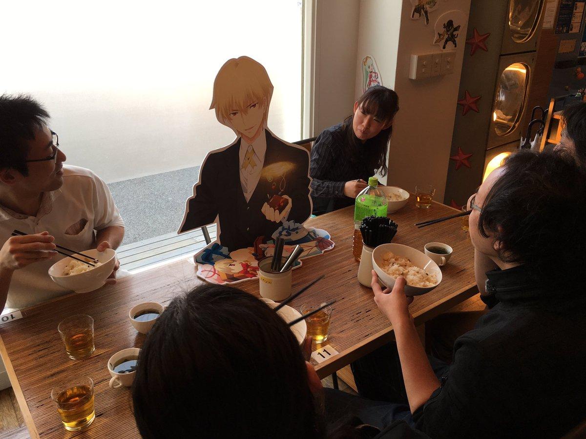 テイルズオブゼスティリアザクロスホワイトデー カフェにお邪魔してます。現在、カフェスタッフがギルガメッシュを囲んでまかな
