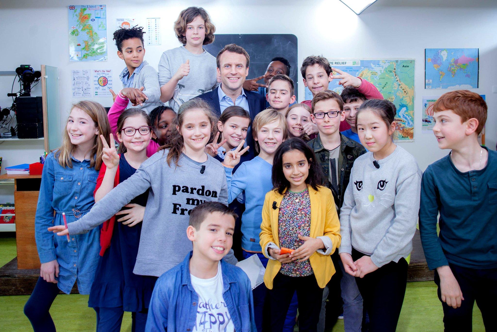 Merci à mes élèves et redoutables interviewers d'un jour ! #AuTableau @C8TV https://t.co/0NYt0unzYF