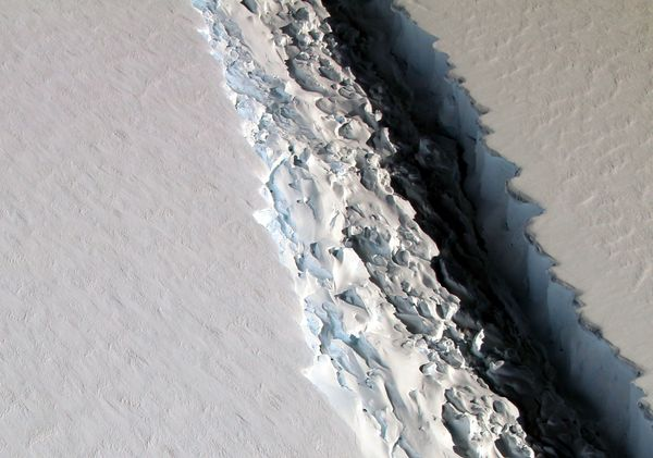 A crack in Antarctica is forming an iceberg the size of Delaware https://t.co/hnAW0oHEBp https://t.co/xoEjKGCwb8