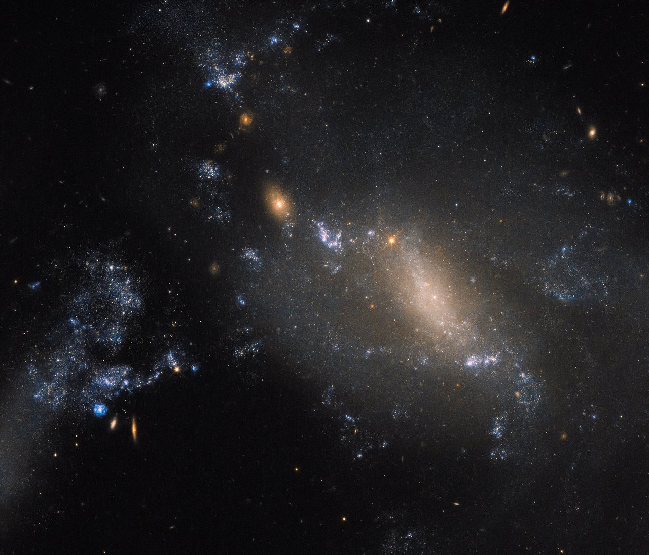 These galaxies are defying cosmic convention — @ESA #Hubble Picture of the Week. https://t.co/JecCeY2LrV https://t.co/iSvxTUxycE