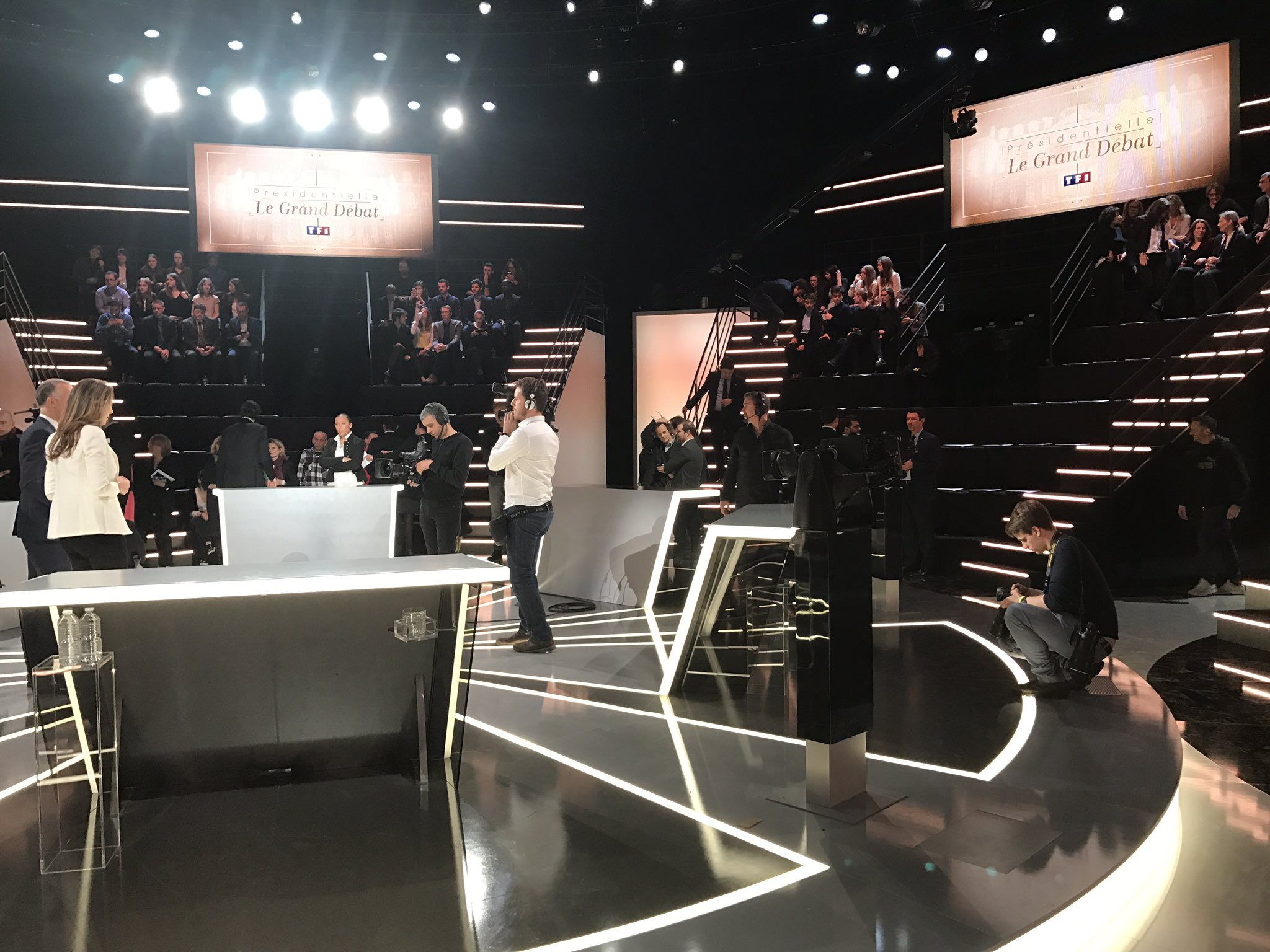 Sur le plateau de #DebatTF1 on attend avec impatience Marine ��#Marine2017 #AuNomDuPeuple https://t.co/w0LsHlesFd