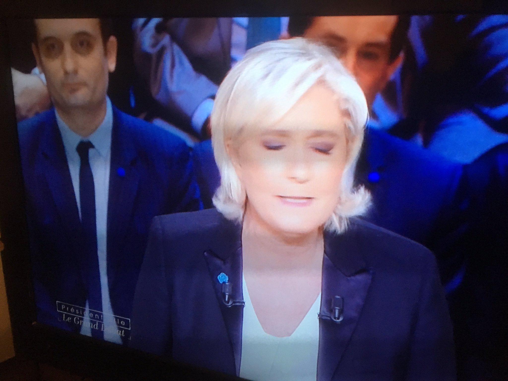 Chelou y un animateur de BFM TV derrière Marine Le Pen #LeGrandDebat https://t.co/tcTd2XMxep