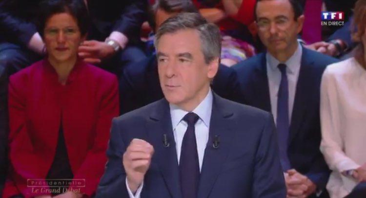 Quand @FrancoisFillon parle, on l'écoute ! Le seul qui a l'autorité c'est bien lui #FillonPresident #LeGrandDebat https://t.co/ks5SkcWeNi