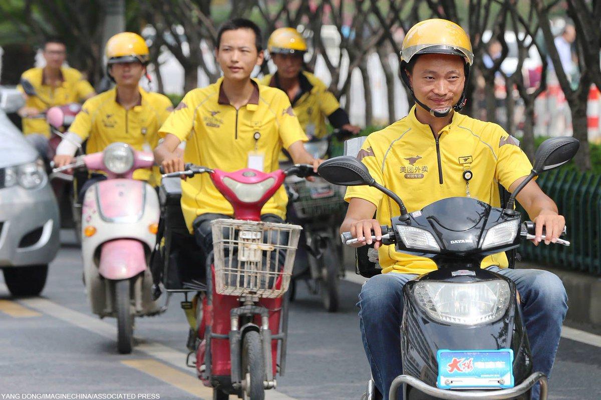 中国の昼食配達員、五輪選手も顔負けの速さ中国の大都市では昼時、オフィスビルのロビーが食事を運ぶ配達員たちであふれる
