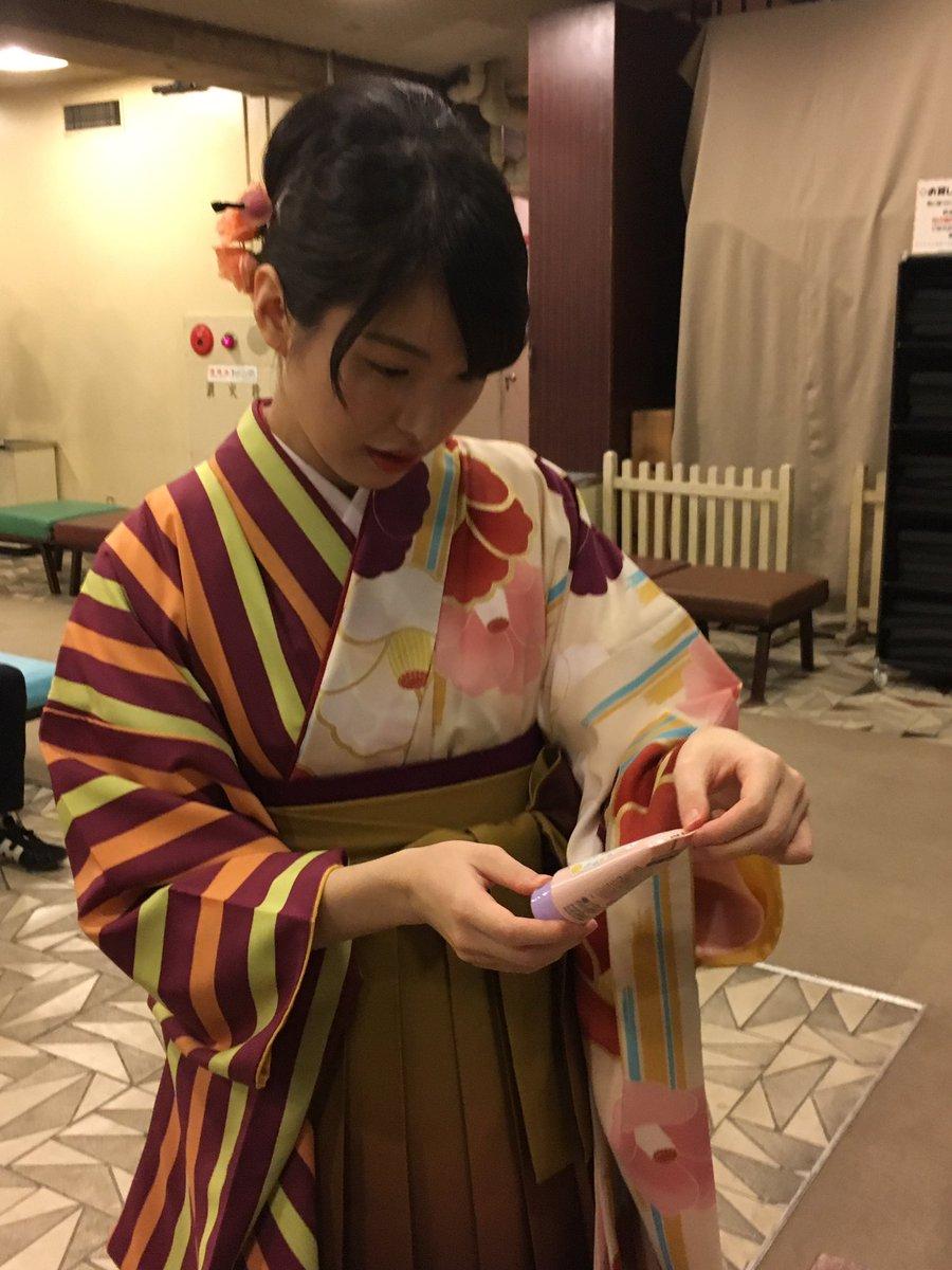 着付けを終えた山口恵梨子先生が、物販コーナーで「3月のライオン」ハンドクリームをお試ししています☆