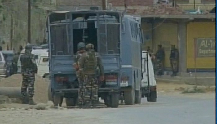 Budgam encounter Despite Army Chief's warning, crowd pelts stones, one civilian killed