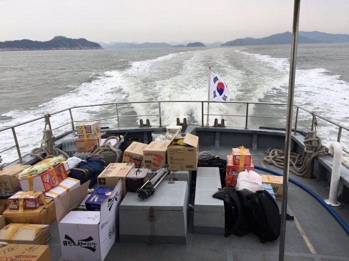 세월호 미수습자들의 식사용 보급품들이 침몰현장으로 향하고 있습니다. 현장엔 빗방울이 한방울씩 떨어지고 있습니다. 눈물이겠지요.