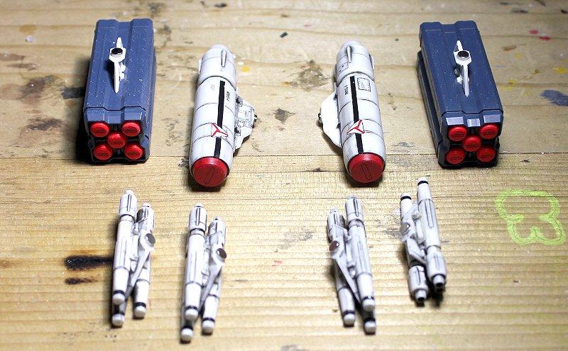 【#マクロス #VF0S #ハセガワ】前に製作したVF-1用のウェポンをVF-0Sに搭載します。ミサイルと翼それぞれにネ