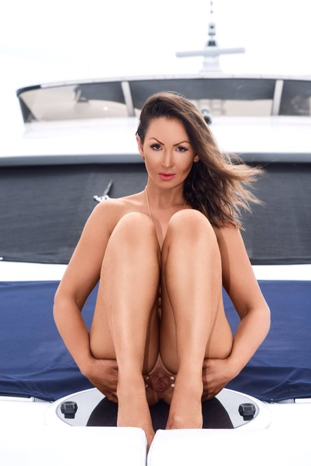 4 pic. Happy #thonglessthursday lovers #boating #outdoors #australianpenthouse https://t.co/Ky9UADbY