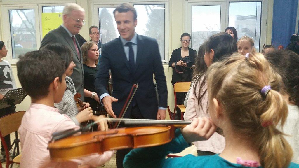 EMacron visite en ce moment en Bourgogne une classe culturelle à Avallon