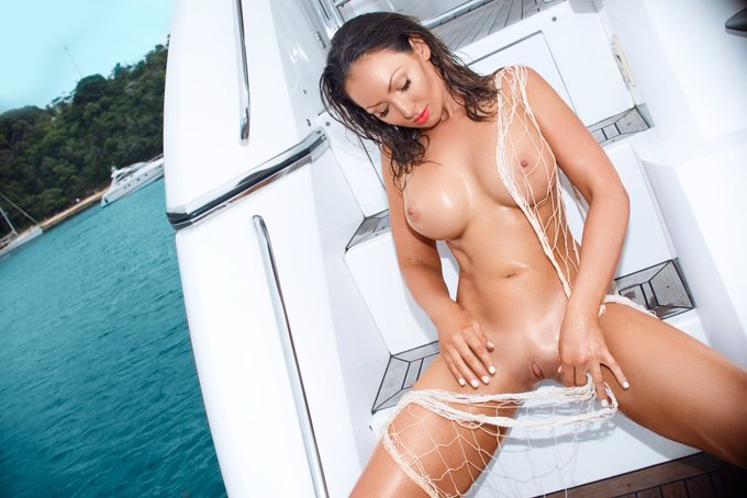 3 pic. #thonglessthursday #boating #australianpenthouse https://t.co/1XsFDTG37Y