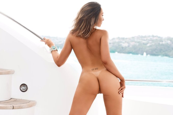 4 pic. #thonglessthursday #boating #australianpenthouse https://t.co/1XsFDTG37Y