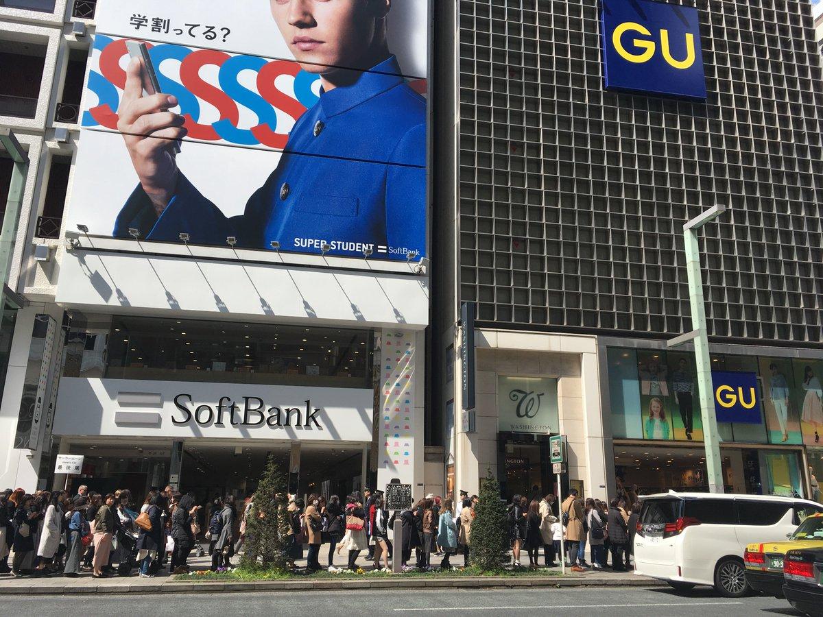GUと「セーラームーン」のコラボアイテムが今日から販売。銀座店では開店時に約500人が列。現在も入場制限が続いているそうです。全アイテム画像などコラボの詳細はこちら >>    https://t.co/vKFC6fNNGc#GU#セーラームーン#美少女戦士セーラームーン