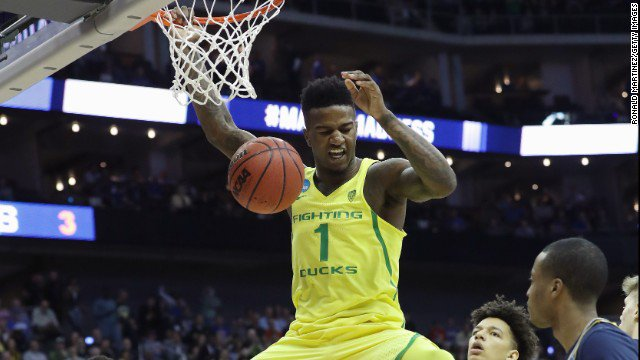 March Madness: No. 3 Oregon holds on for 69-68 win over No. 7 Michigan.