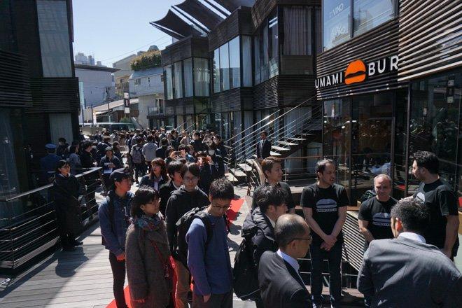 LA発ハンバーガー「ウマミバーガー」日本1号店がオープン。開店前に約150人が列を作りました https://t.co/oTSJNz3v2r セレモニーには赤西仁も登場。記事と写真を公開しました @Jin_Akanishi #ウマミバーガー #UMAMIBURGER