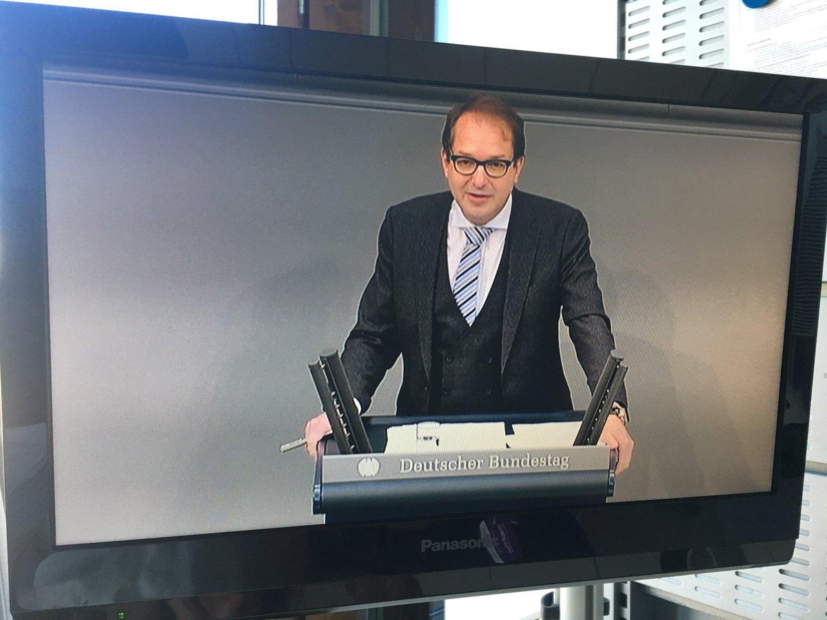 Verrückt: Alexander #Dobrindt spricht zur #Maut und trägt keinen karierten Anzug. https://t.co/GlueEOs4AJ