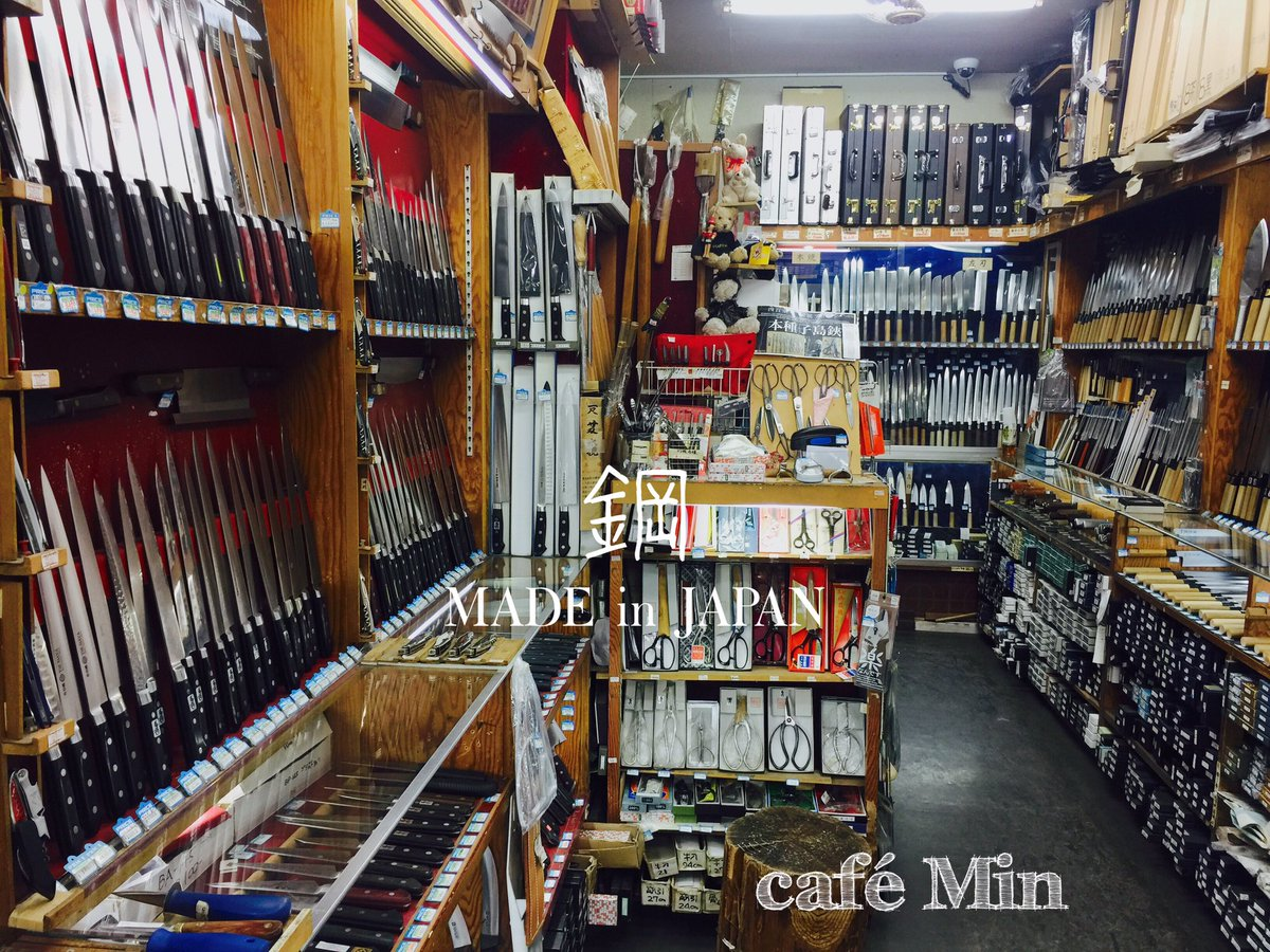 オリバンダーのお店?知ってる方には分かるかな^_^;杖のケースがいっぱい。数ある包丁🔪のお店の中でここが一番だと感じお願