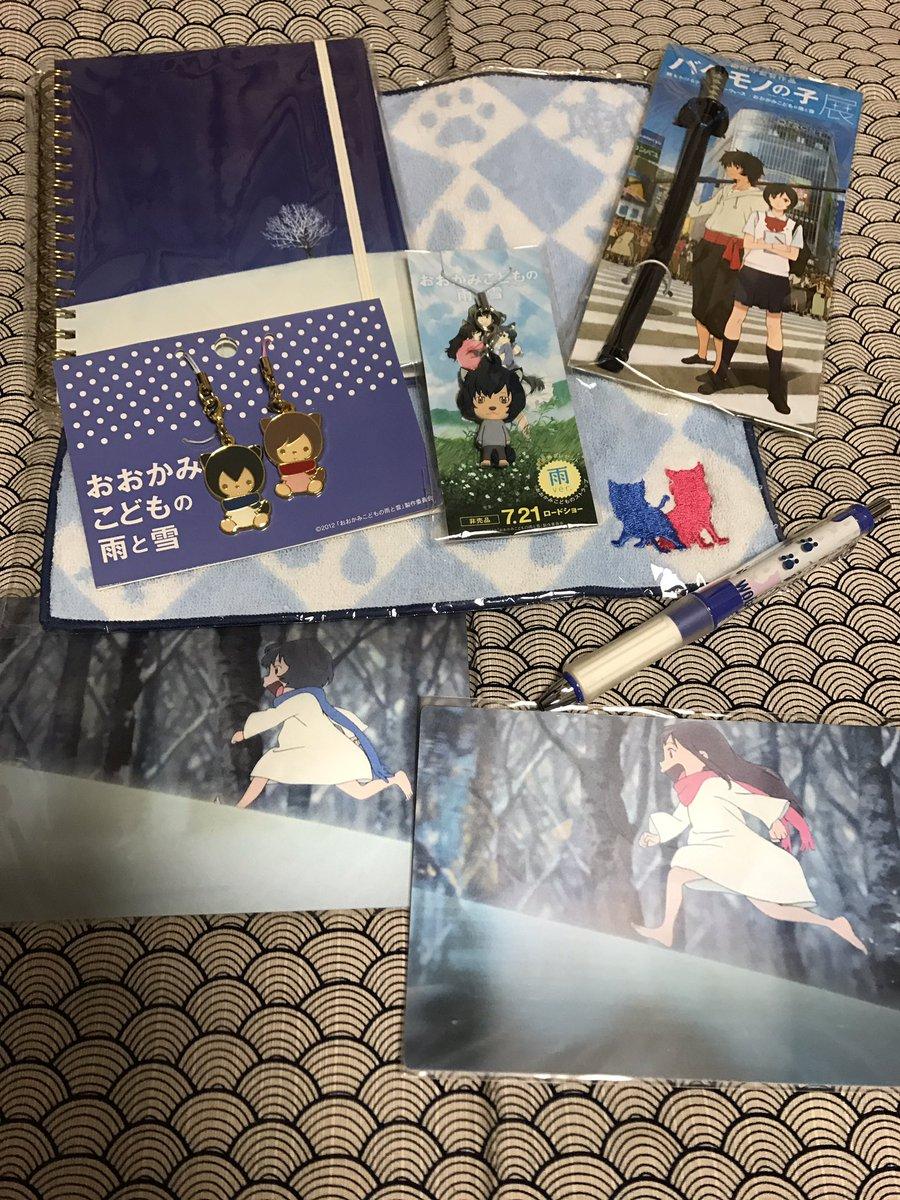 写真はバケモノの子展の時に併設されてたスタジオ地図ショップのおおかみこども関連グッズ💕。他にもクリアファイルとかあったか