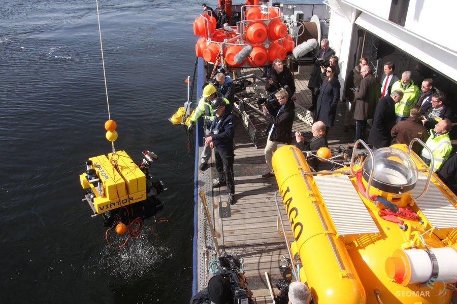 """""""Intensivere Förderung für die #Meeresforschung"""" - auf #FS_ALKOR trafen sich heute Wissenschaft und Politik https://t.co/zQKB7k45GY https://t.co/XsajdZ6JUc"""