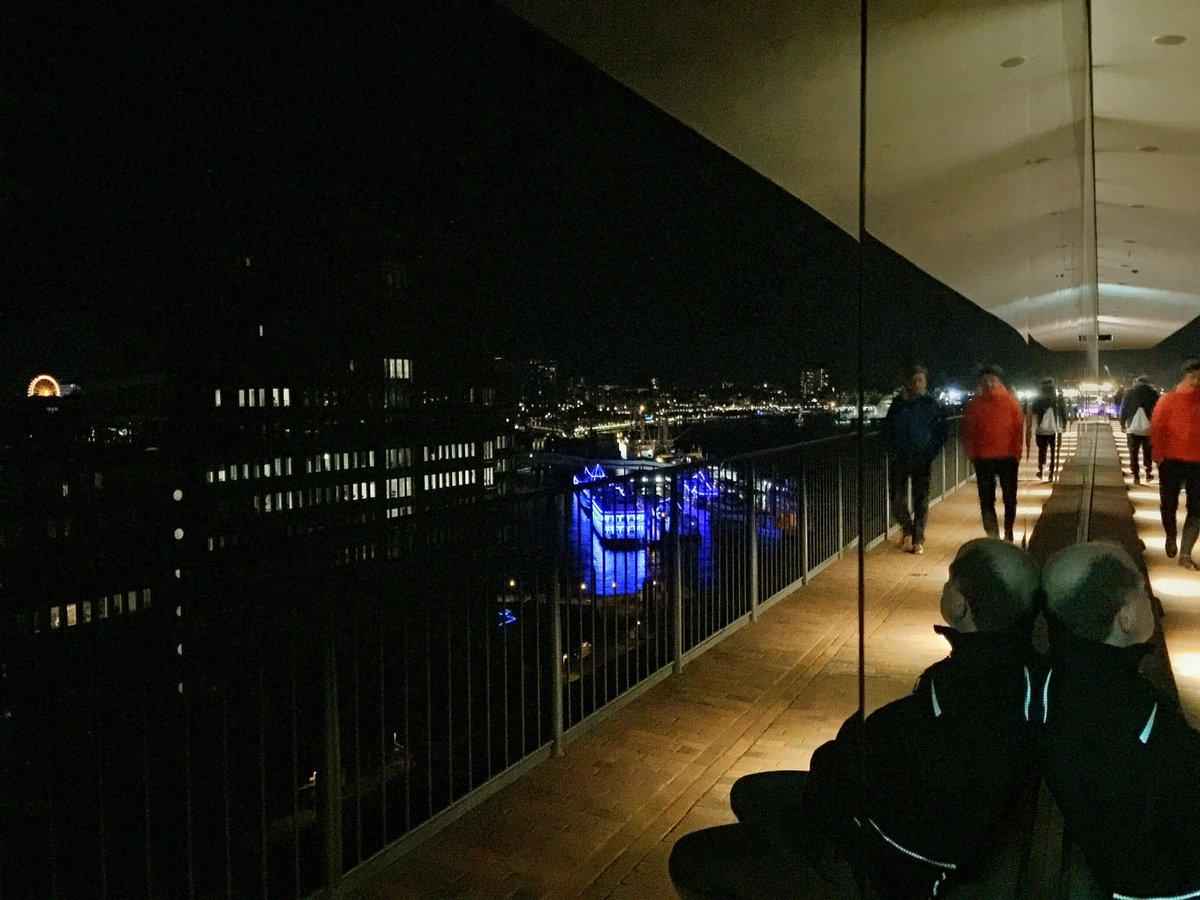Warten auf das Feuerwerk mit @StormAndreas #hamburg #Elbphilharmonie https://t.co/1ILwpqSE5G
