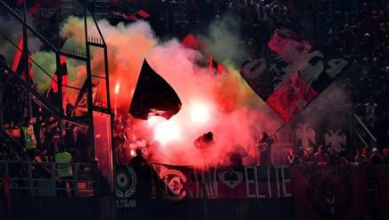 Italia-Albania. Petardi lanciati in campo. Gara sospesa: ferito uno steward